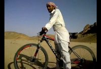 Mountain bike versus camel - Hilarious Bedouin on a bike!