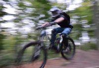 E-Bike Test: Fahrrad mit E-Antrieb als Downhill / Uphill e-MTB auf dem Trail