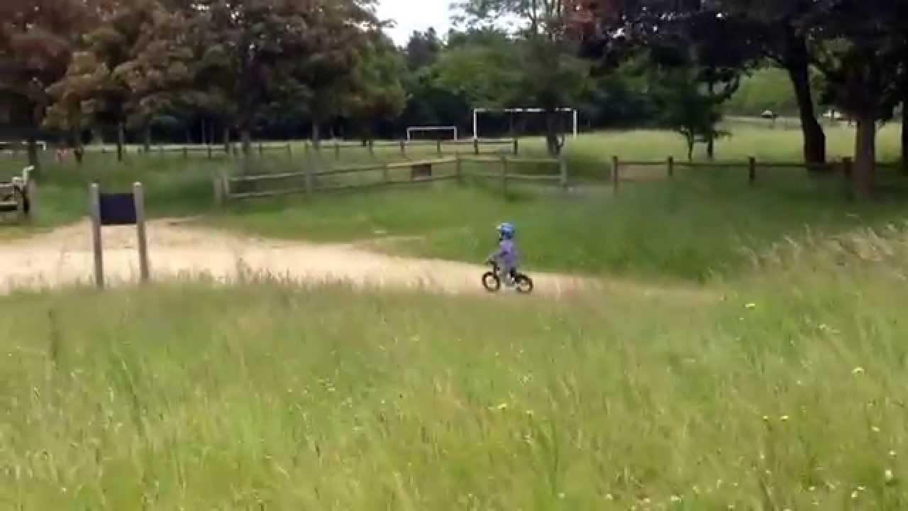 Essai draisienne Moustache bikes sur terrain de BMX, Mael 2 ans 1/2