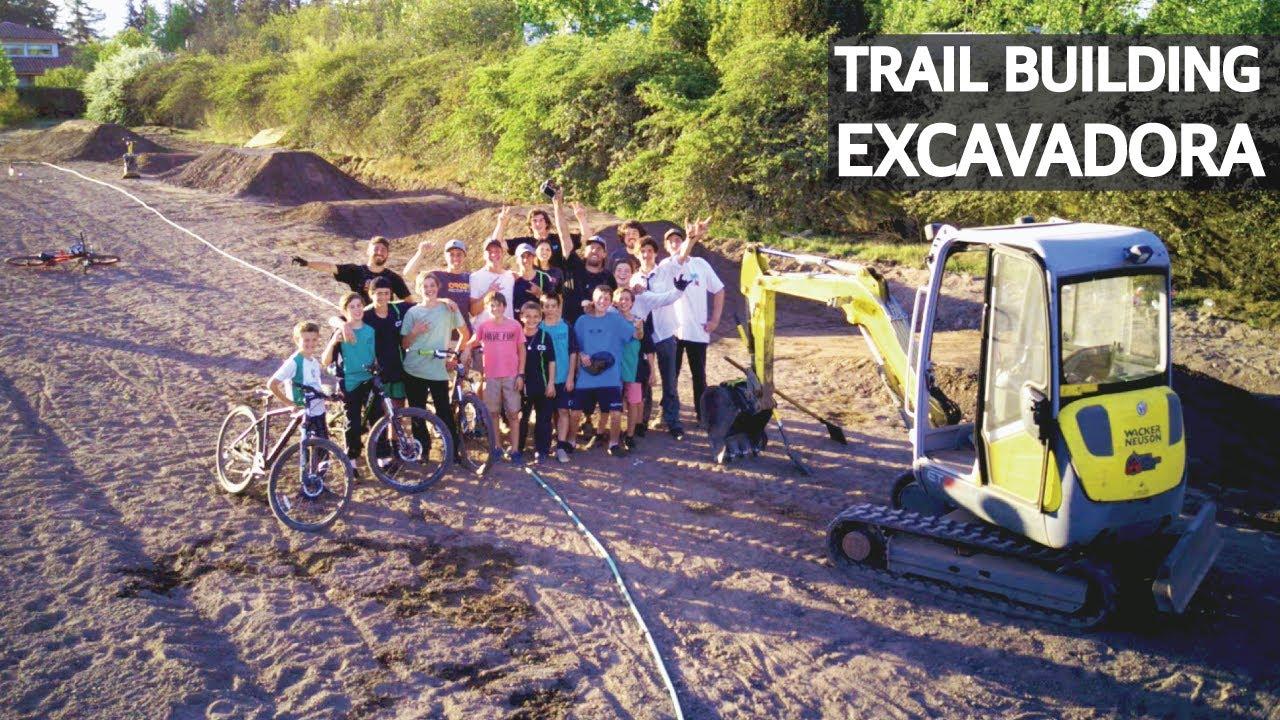 Mini Excavadora Construyendo Saltos y Pump Track de Mountain Bike! Trail Building!